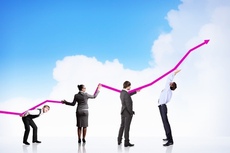 mensen uit het bedrijfsleven het duwen van een bedrijf grafiek omhoog Stockfoto