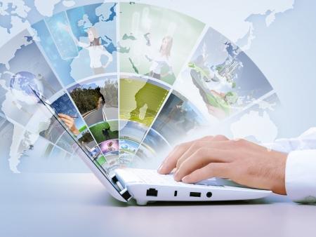 technologie: Notebook proti bílému pozadí s různými obrázky