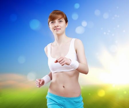 sport wear: Mujer bonita joven en desgaste del deporte corriendo