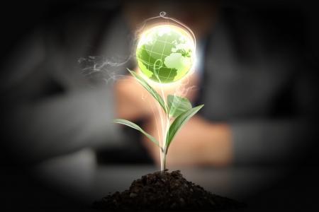 contaminacion ambiental: manos, el joven reto�o y nuestro planeta Tierra Foto de archivo
