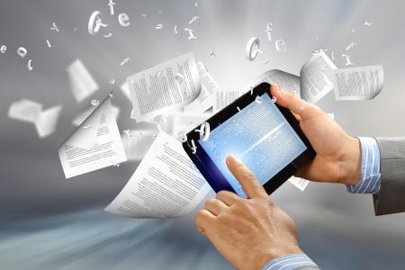 전자 판독기의 밖으로 비행하는 텍스트 페이지와 전자 책 개념의 라이브러리 스톡 콘텐츠
