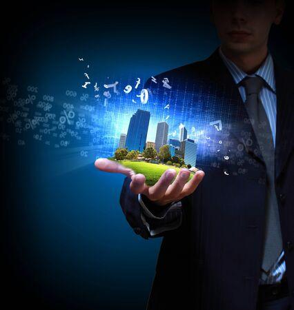 comercial: Imagen de un paisaje urbano moderno en la mano de un hombre de negocios