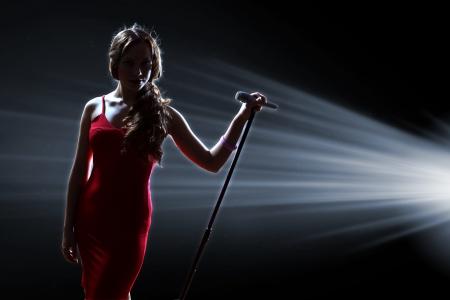 무대에서 여성 가수는 마이크를 들고 스톡 콘텐츠