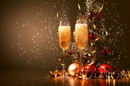 coupe de champagne: Deux verres de champagne pr�t � apporter dans la nouvelle ann�e Banque d'images