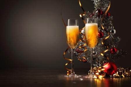 brindisi champagne: Due bicchieri di champagne pronti a portare nel nuovo anno Archivio Fotografico