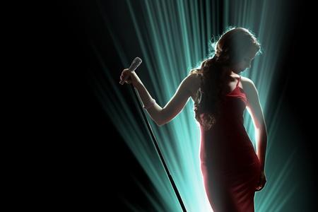 etapas de vida: Cantante femenina en el escenario sosteniendo un micr�fono