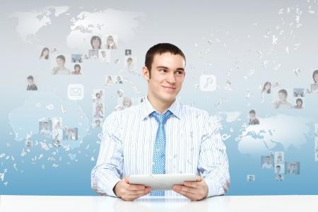Persona de negocios joven que trabaja con un ordenador portátil