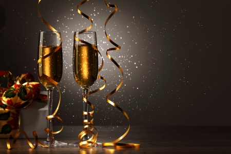 apporter: Deux verres de champagne pr�t � apporter dans la nouvelle ann�e Banque d'images