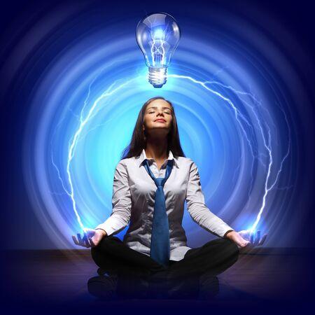 pensamiento creativo: La creatividad en cocept negocios con la ilustración de la bombilla Foto de archivo