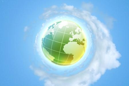 planeta verde: El planeta tierra sobre fondo azul cielo nublado Foto de archivo