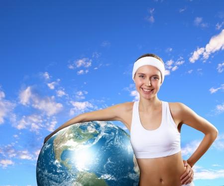 sport wear: Mujer joven en desgaste del deporte con un modelo de nuestras Elementos planeta de esta imagen se suministra por la NASA