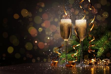 bouteille champagne: Deux verres de champagne pr�t � apporter dans la nouvelle ann�e Banque d'images