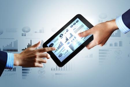 analyse: La technologie informatique moderne dans l'illustration des affaires avec appareil sans fil