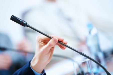 hablar en publico: antes de una conferencia, los micr?os delante de sillas vac?