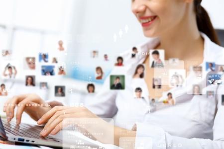 conexiones: Persona de negocios joven que trabaja con un ordenador port�til