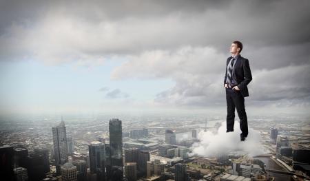 actitud positiva: Exitoso hombre de negocios de pie contra el joven moderna ciudad