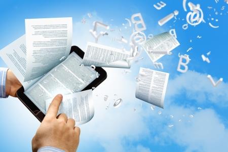 la bibliothèque dans le concept de e-livre avec des pages de texte s'envoler d'un e-reader Banque d'images