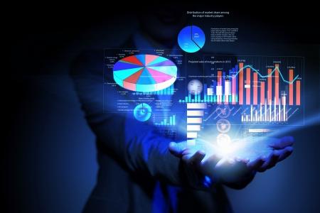 economia: Empresaria con s�mbolos financieros provenientes de la mano