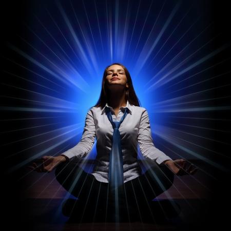 energia espiritual: Mujer de negocios joven sentado en loto asana y meditaci�n