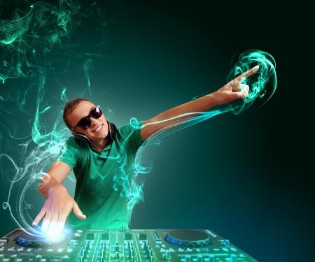 musica electronica: DJ con un equipo de sonido para controlar el sonido y reproducir m�sica Foto de archivo