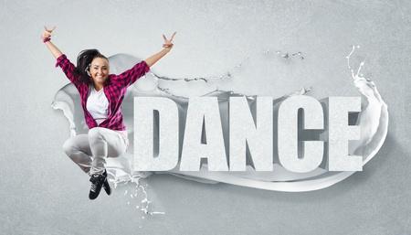 clubbers: Estilo moderno bailar�n que salta y la ilustraci�n de palabra Danza