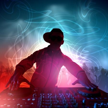 DJ avec un équipement mélangeur pour contrôler le son et la musique