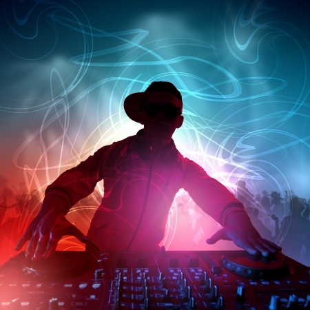 fiesta dj: DJ con un equipo de sonido para controlar el sonido y reproducir m�sica Foto de archivo