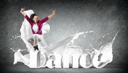 danza contemporanea: Estilo moderno bailar�n que salta y la ilustraci�n de palabra Danza