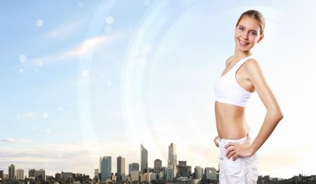 sport wear: Mujer bonita joven en desgaste del deporte de pie