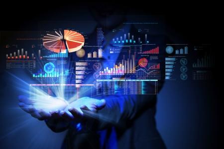contabilidad: Empresaria con s�mbolos financieros provenientes de la mano
