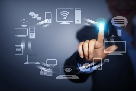 Homme d'affaires poussant symboles sur une interface � �cran tactile