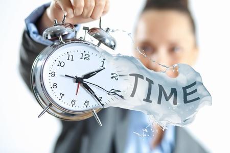 gestion del tiempo: Tiempo en la ilustraci�n negocios con el reloj en manos de la empresaria Foto de archivo