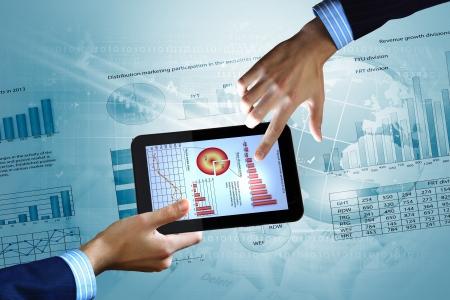 economia: La moderna tecnolog�a inform�tica en la ilustraci�n de negocios con tel�fono m�vil Foto de archivo