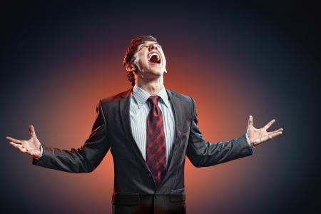 amok: biznesmen w złości pięści zaciśnięte krzyczeć