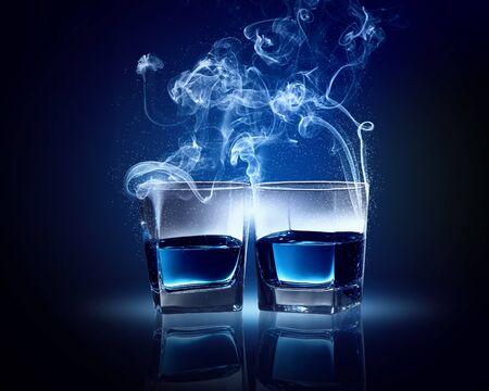 intoxicant: Due bicchieri o? cocktail blu con fumi di uscire