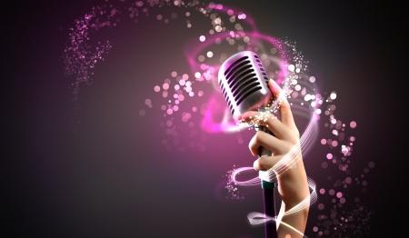 microfono antiguo: Micr�fono retro solo contra el fondo colorido con las luces Foto de archivo