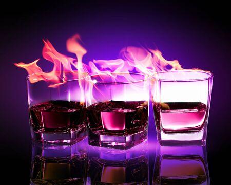 intoxicant: Immagine di tre bicchieri di combustione puple assenzio Archivio Fotografico