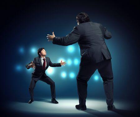 businesspartners: Imagen de los empresarios discutiendo y actuando como luchadores de sumo Foto de archivo