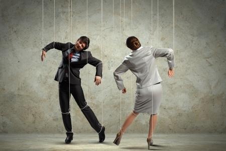 pull toy: Imagen de los empresarios suspendidas de cuerdas como la fotograf�a conceptual marionetas