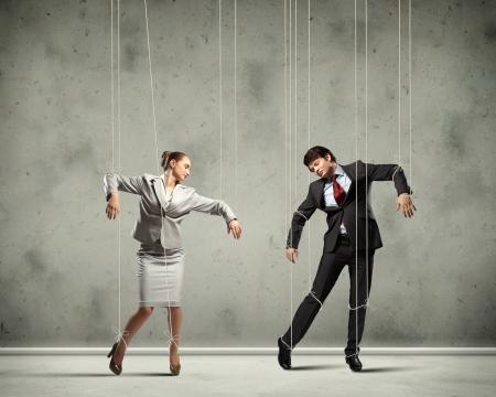 obey: Imagen de los empresarios suspendidas de cuerdas como la fotograf�a conceptual marionetas