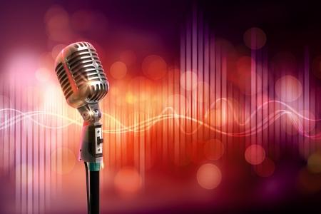microfono antiguo: Micrófono retro solo contra el fondo colorido con las luces Foto de archivo
