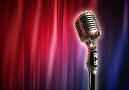 microfono antiguo: Micr?fono retro individual contra las cortinas rojas cerrado en el fondo Foto de archivo