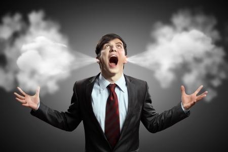 amok: biznesmen w złości krzyczy puff wychodzisz z uszami