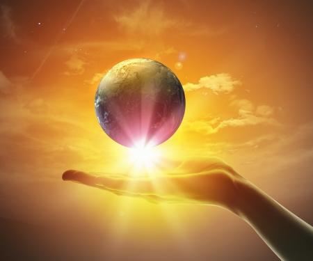 Imagen de la mano que sostiene la tierra del planeta en contra de la ilustración de fondo