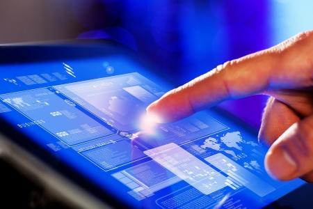 Primer plano de los dedos tocando la pantalla azul en tonos tablet-pc