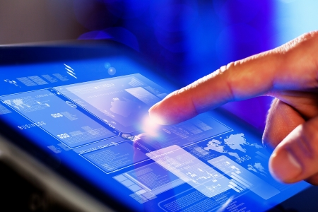 blue toned: Primo piano del dito tocca lo schermo blu tonica su tablet-pc