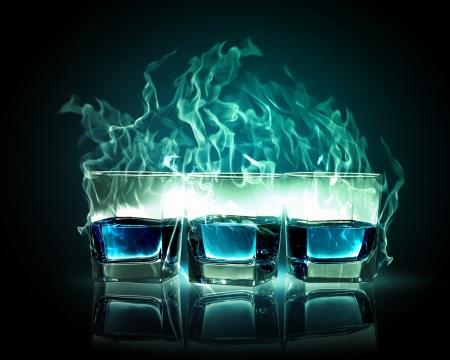 ajenjo: Imagen de tres vasos de ajenjo ardiente esmeralda Foto de archivo