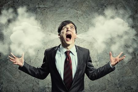 crazy people: hombre de negocios con ira gritando soplo saliendo de los oídos