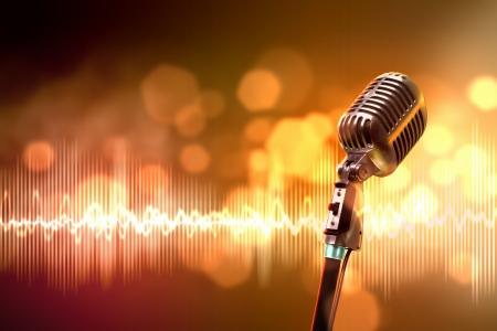 Einzelnes Retro- Mikrofon gegen bunten Hintergrund mit Lichtern
