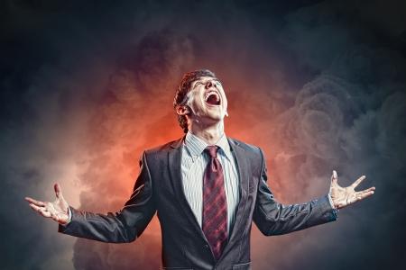 bellow: hombre de negocios con ira, con los pu�os apretados gritando